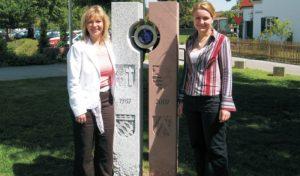 (links) 3. Bürgermeisterin Silvia Kugelmann (sie entwarf die Stele) und (rechts) Bettina Schmid (sie führte die Steinmetzarbeiten aus)
