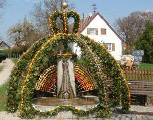 Herrlich geschmückter Osterbrunnen