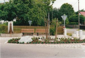 Neuer Dorfbrunnen mit renoviertem Vorplatz und den neuen Ruhebänken