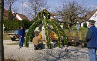 Schmücken des Osterbrunnens