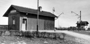 Der erste Bahnhof in Kutzenhausen (rechts das Bahnwärterhaus Nr. 10)