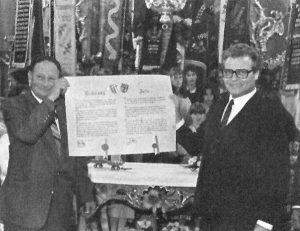 Maire Georges Wagner für Kutzenhausen/Elsaß und Bürgermeister Maly Robert für Kutzenhausen/Bayern zeigen die unterzeichnete Partnerschaftsurkunde