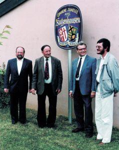 von links: Pfarrer Anton Scherer, Maire Georges Wagner, Bürgermeister Robert Maly, der evangelische Pfarrer Georges Merckling mit der ersten Partnerschaftstafel