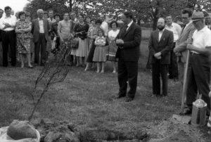 Maire Georges Wagner, Pfarrer Anton Scherer, Bürgermeister Robert Maly und Ludwig Dankel pflanzen auf dem Schulplatz eine Rotbuche
