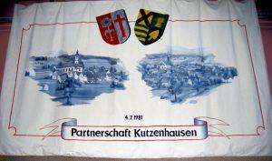Das Gastgeschenk aus Kutzenhausen/Bayern – ein Wandbehang mit den Wappen und Ortsansichten der beiden Kutzenhausen in Bayern und im Elsaß